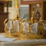 Таинство брака. Венцы -  короны, возлагаемые на жениха и невесту во время венчания.