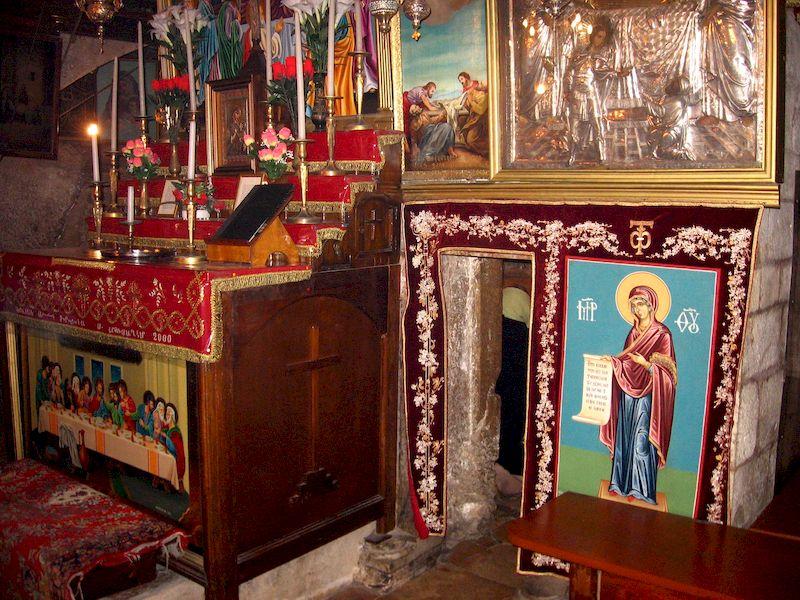 Гробница Богородицы (кувуклия), вид с запада. Слева от входа армянский престол