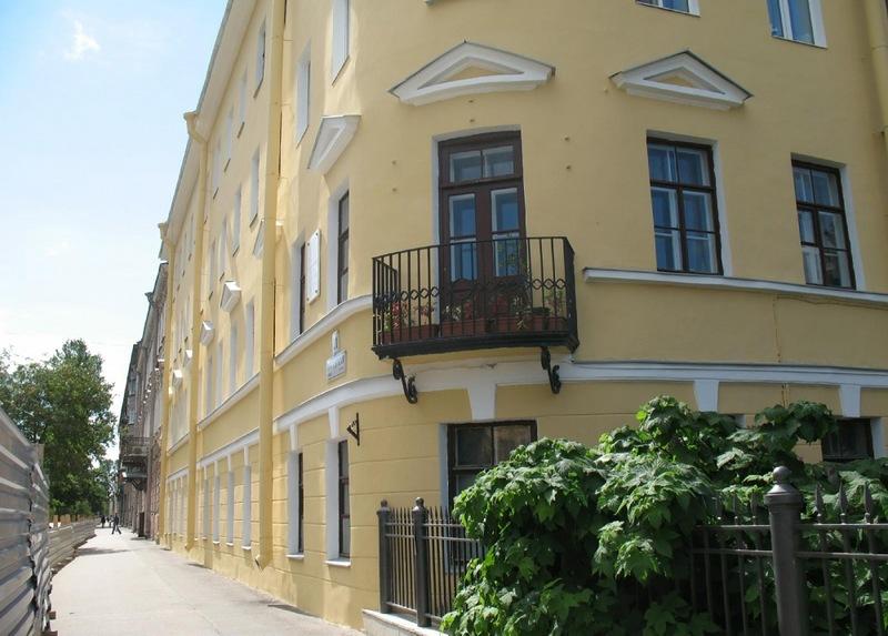 Святой праведный Иоанн Кронштадтский. В этом доме на втором этаже находилась квартира причта Андреевского собора — Иоанн Кронштадтский жил в ней с 1855 по 1908 год.