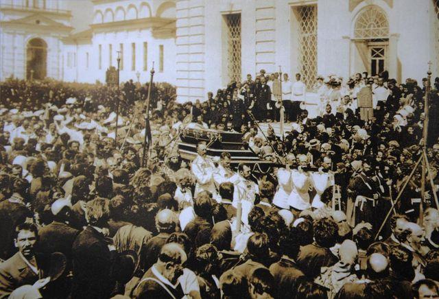 Серафим Саровский. Крестный ход с мощами преп. Серафима вокруг Успенского собора 1903 г.