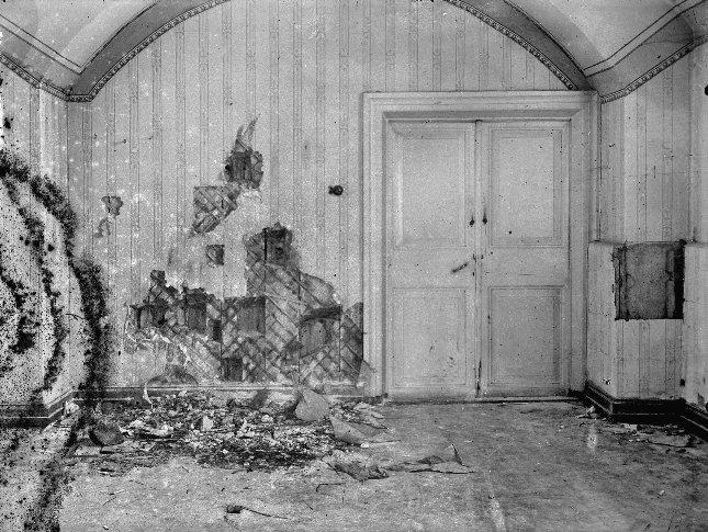 Страстотерпцы император Николай, императрица Александра со чадами. Подвал Ипатьевского дома. . Фотография сделана во время расследования убийства царской семьи.