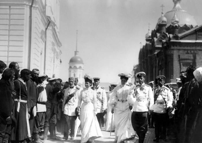 Страстотерпцы император Николай, императрица Александра со чадами. 1903 год. Николай II с семьей в Саровском монастыре.