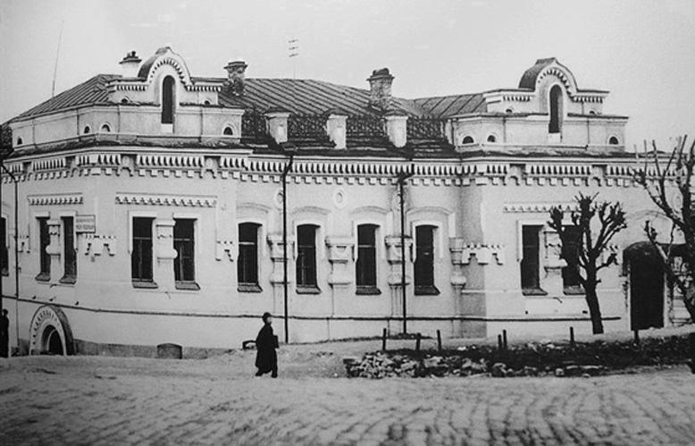 Страстотерпцы император Николай, императрица Александра со чадами. Ипатьевский дом в Екатеринбурге - последнее место жительство императорской семьи.