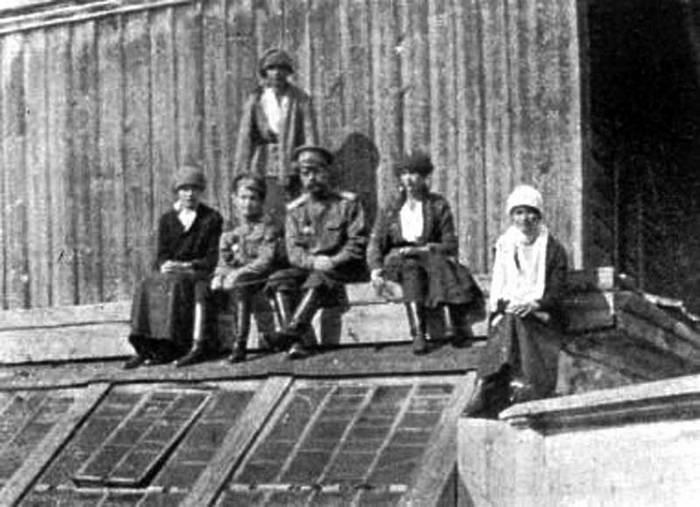 Страстотерпцы император Николай, императрица Александра со чадами. Император Николай II со своими детьми в конце апреля 1918 г. в Тобольске.