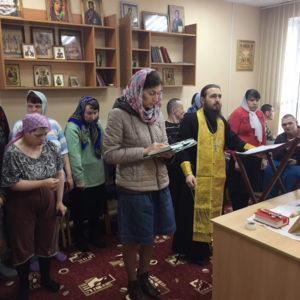 Настоятель храма Димитрий Попеко отслужил водосвятный молебен в молитвенной комнате дома-интерната для престарелых и инвалидов