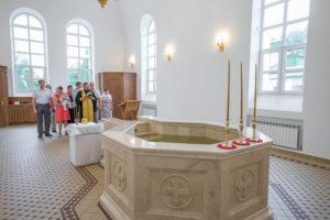В новой крестильне Свято-Троицкого собора г. Покровска совершено первое Таинство Крещения